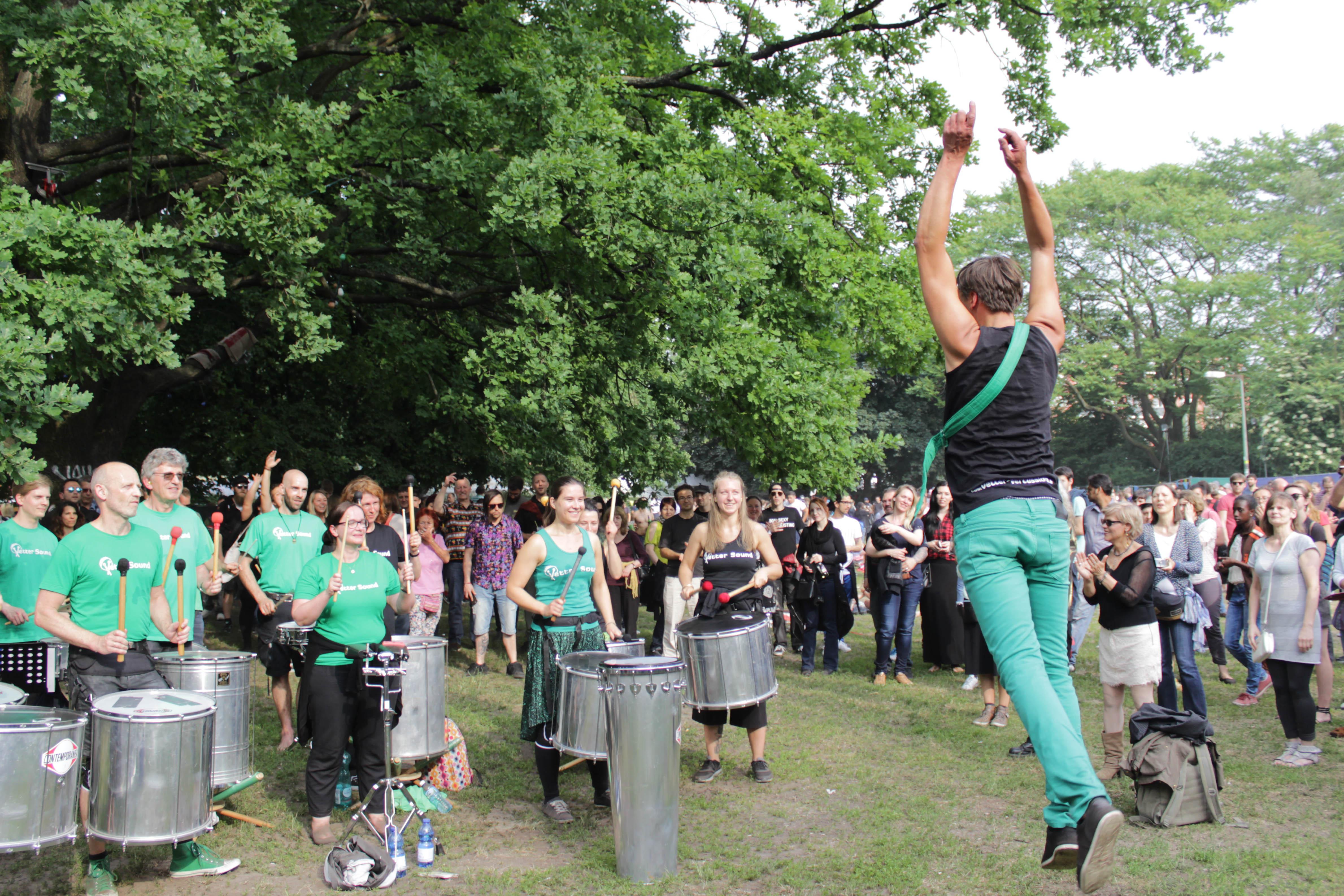 Vetter Sound trommelt beim Karneval der Kulturen